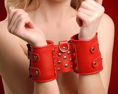 Широкие красные кожаные наручники